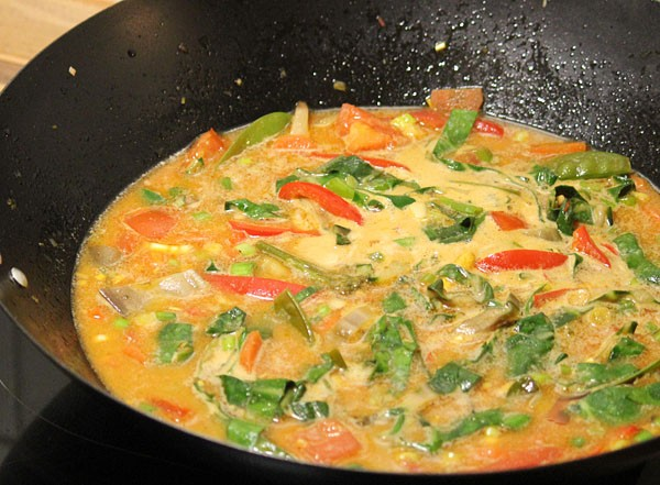 Rotes Thai-Curry mit Kokosmilch
