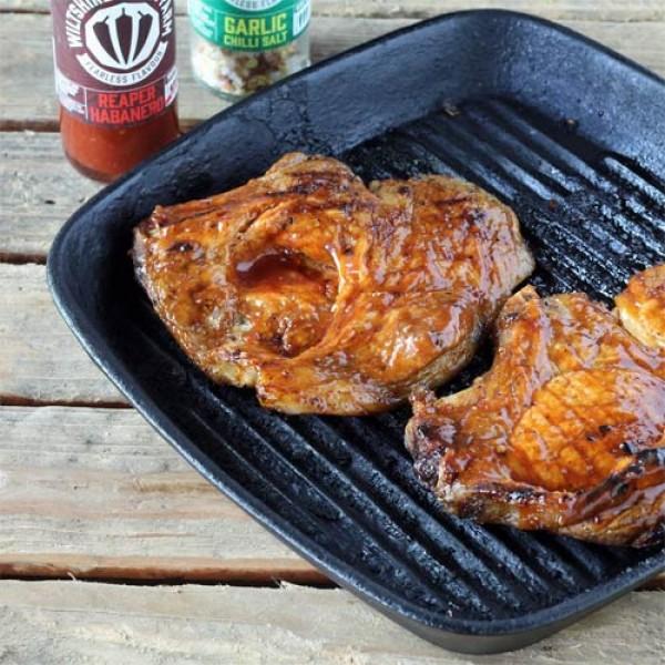 Bourbon-glasiertes Schweinekotelett vom Grill