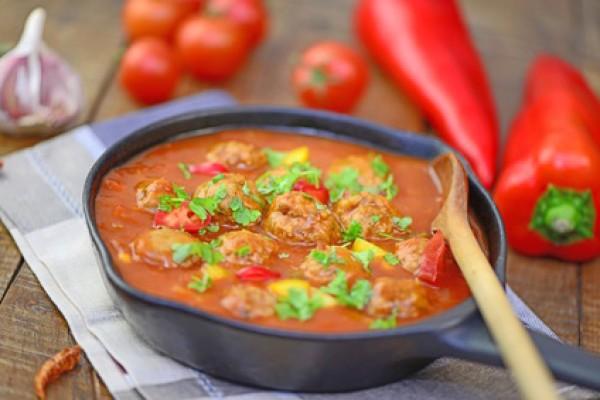 Köfte mit Paprika-Chili-Sauce