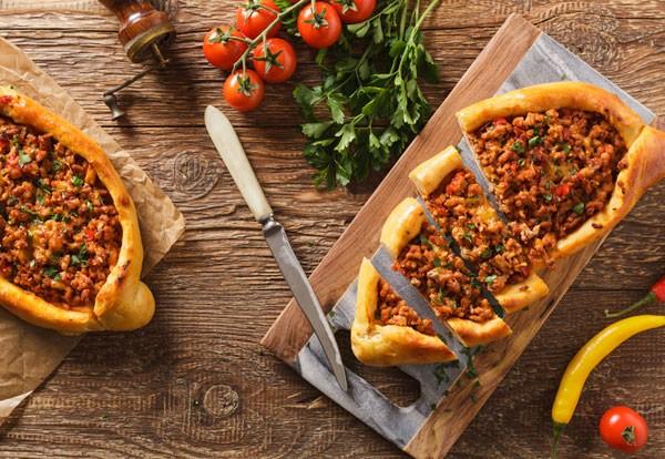 Türkische Pizza mit Lamm (Pide)