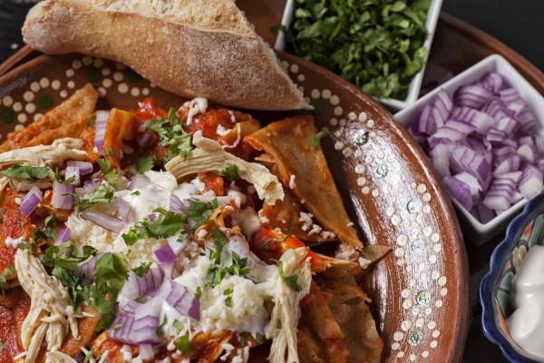 Chilaquiles mit Hähnchen und Mulato-Chili-Sauce